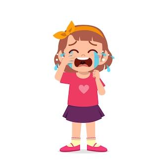 Bambina carina con espressione di pianto e capriccio