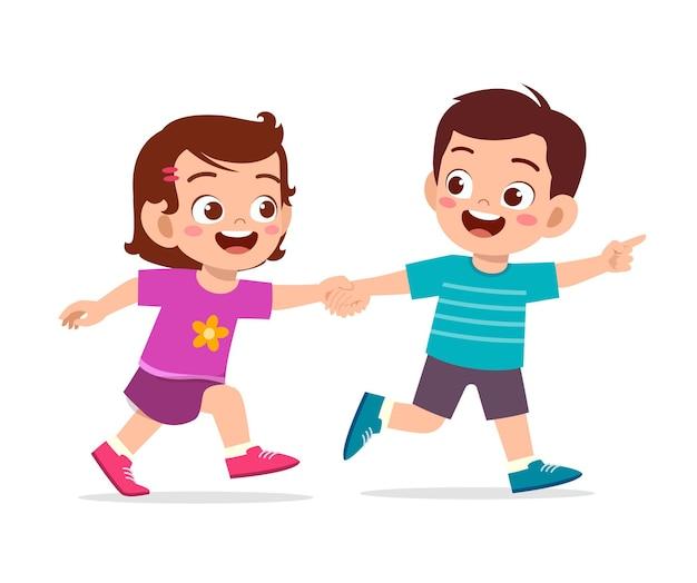 Ragazzino sveglio ragazzo e ragazza che tengono la mano e camminare insieme
