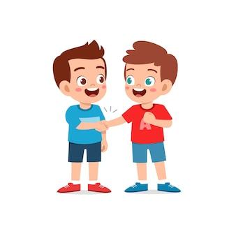 Il ragazzino sveglio ragazzo stringe la mano con la sua illustrazione di amico