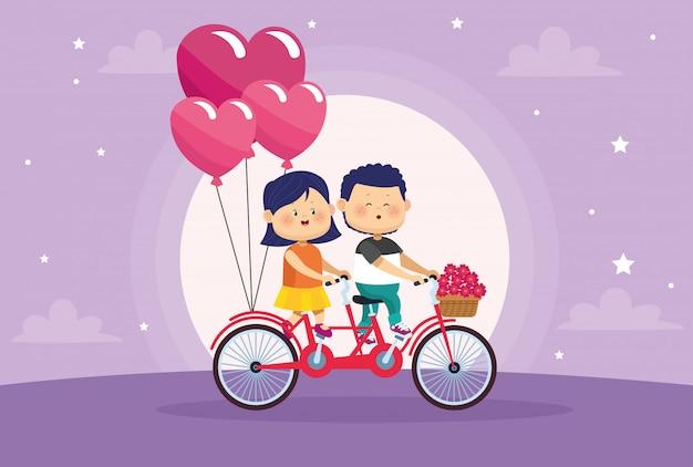 I bambini svegli coppia gli amanti in bicicletta con i palloni l'elio