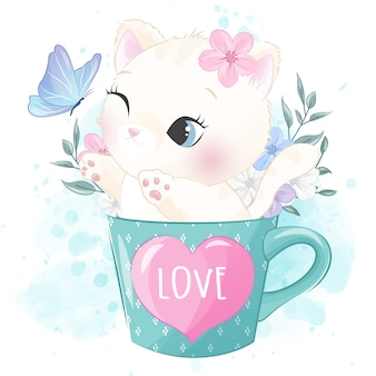 Piccolo gattino sveglio dentro la tazza che gioca con la farfalla