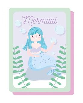 Sirenetta sveglia che si siede sulla roccia con il fumetto di seawee e bolle