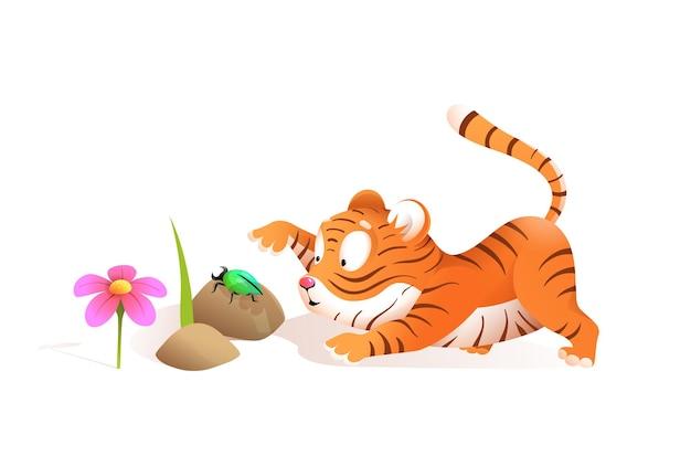 Piccola tigre sveglia che gioca con l'insetto nella giungla, illustrazione divertente per i bambini. fumetto del cucciolo di tigre dei bambini nello stile dell'acquerello.
