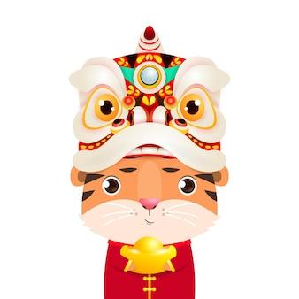 Carino piccola tigre indossare testa di danza del leone