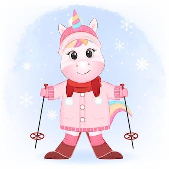 Carino piccolo unicorno sugli sci nella stagione invernale