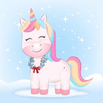 Carino piccolo unicorno con ghirlanda di natale in inverno.