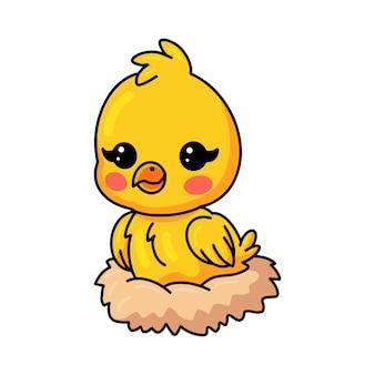 Simpatico cartone animato pulcino giallo seduto in un nido