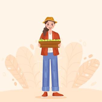 Simpatico agricoltore locale che tiene in mano una scatola con frutta