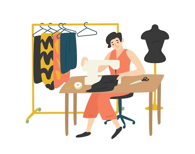 Carina bella ragazza seduta alla scrivania con macchina da cucire e godersi il suo hobby.