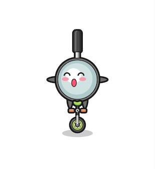 Il simpatico personaggio della lente d'ingrandimento sta cavalcando una bici da circo, un design carino in stile per t-shirt, adesivo, elemento logo