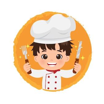 Logo di chef maschio carino che tiene un coltello e forchetta con un grande sorriso.