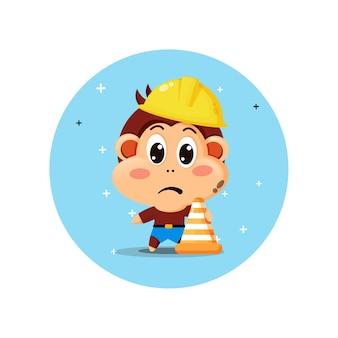 La mascotte sveglia della scimmia lavora nella costruzione