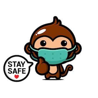 Scimmia carina che indossa una maschera medica