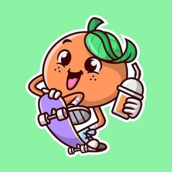 La mascotte del fumetto arancio sveglio sta guidando uno skateboard e porta una tazza di succo d'arancia