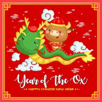 Bue carino in costume di celebrazione del capodanno cinese a cavallo di un drago