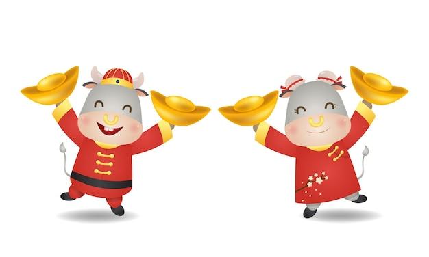 Coppia carina di bue e mucca che tiene una coppia d'oro come simbolo di fortuna. felice anno nuovo cinese clip art isolato su bianco.
