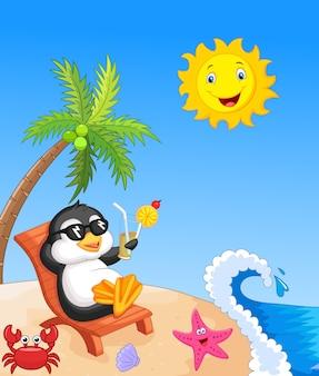 Pinguino sveglio che si siede sulla sedia di spiaggia