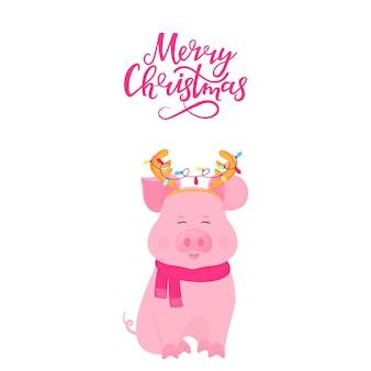 Maiale carino seduto in una sciarpa e con corna di cervo con una ghirlanda. buon natale scritte a mano. biglietto di auguri per il nuovo anno. porcellino divertente