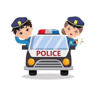 Ragazzo e ragazza carini della polizia sull'auto di pattuglia. bambini che indossano clip art costume della polizia. design piatto