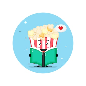 Simpatica mascotte di popcorn sta leggendo un libro