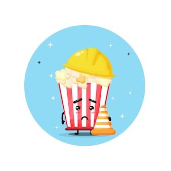 Simpatica mascotte di popcorn lavora nella costruzione