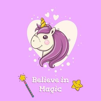 Cartolina carina con magica testa di unicorno su sfondo viola con cuori. poster per bambini.