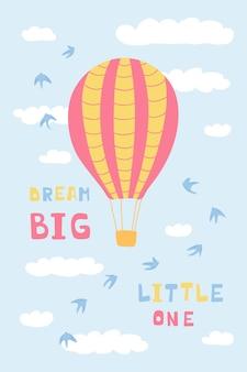 Simpatico poster con mongolfiere, nuvole, uccelli e lettere scritte a mano sogna in grande piccolo. illustrazione per la progettazione di camerette, biglietti di auguri, tessuti. vettore
