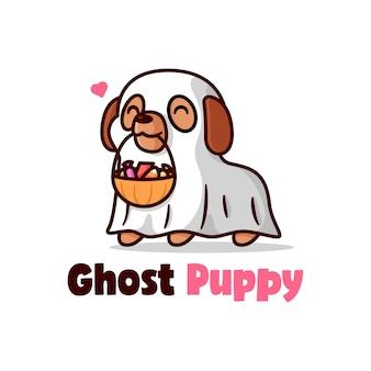 Cucciolo sveglio in costume da fantasma e porta caramelle