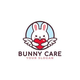 Simpatico coniglio che abbraccia il negozio del bambino della mascotte di logo di cura del cuore