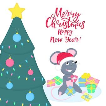 Simpatico ratto o topo con il cappello di babbo natale è seduto in una pila di regali sotto l'albero di natale. topi sorridenti del fumetto divertente