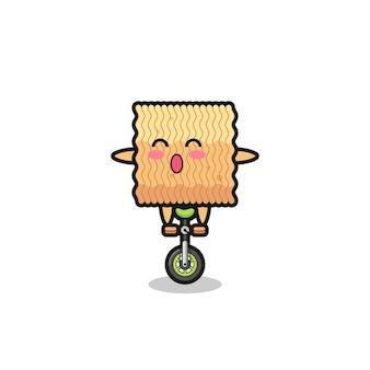 Il simpatico personaggio di spaghetti istantanei crudi sta cavalcando una bici da circo, un design in stile carino per maglietta, adesivo, elemento logo