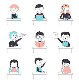 Scolari carini che studiano. gruppo di bambini alle scrivanie in aula. illustrazione vettoriale disegnata a mano