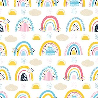 Simpatico motivo senza cuciture con arcobaleni per bambini, nuvole, sole, pioggia. disegno stilizzato del bambino. design per scrapbooking, tessuti per vestiti per bambini e biancheria da letto. illustrazione vettoriale disegnata a mano