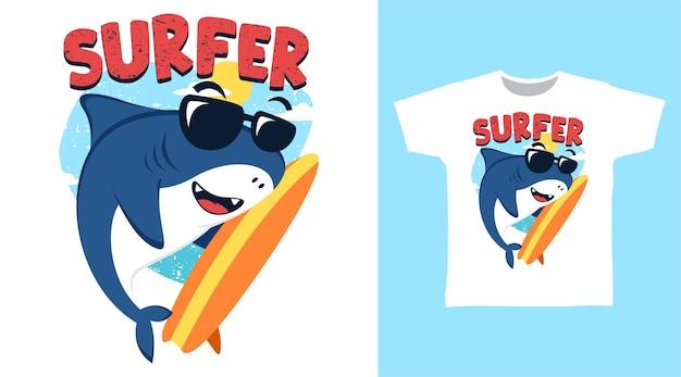 Design carino della maglietta dell'illustrazione del surfista dello squalo