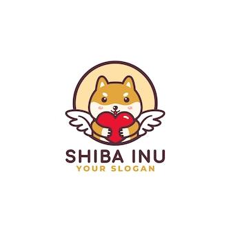 Simpatico cane shiba inu che abbraccia il logo di cura del cuore