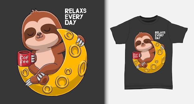 Il bradipo carino si gode il caffè sulla luna con il design della maglietta