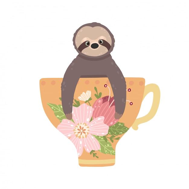 Bradipo sveglio che si siede nel bello tazza da the del fiore isolato su fondo bianco.