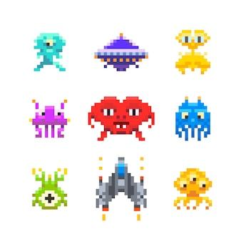 Simpatici invasori spaziali giocano i nemici in stile pixel art