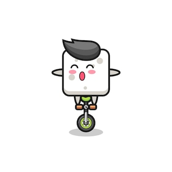 Il simpatico personaggio della zolletta di zucchero sta cavalcando una bici da circo, un design in stile carino per maglietta, adesivo, elemento logo