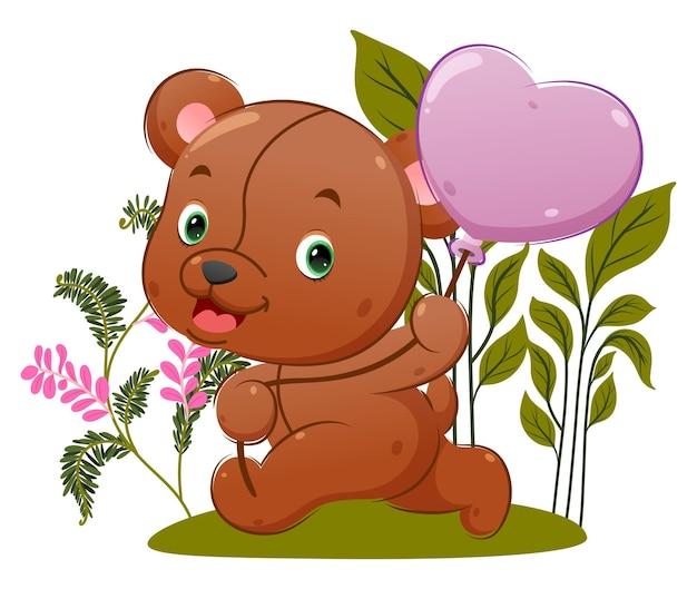 Il simpatico orsacchiotto corre e tiene il suo palloncino nel giardino fiorito dell'illustrazione