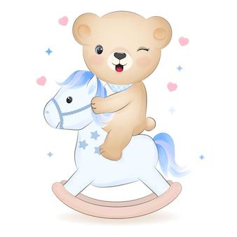 Simpatico orsacchiotto in sella a un cavallo a dondolo illustrazione disegnata a mano