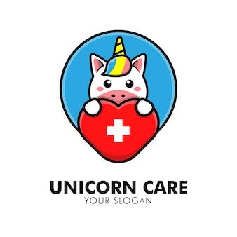 Simpatico unicorno che abbraccia l'illustrazione del design del logo animale del logo della cura del cuore
