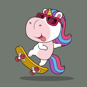 Unicorno carino che gioca a skateboard.