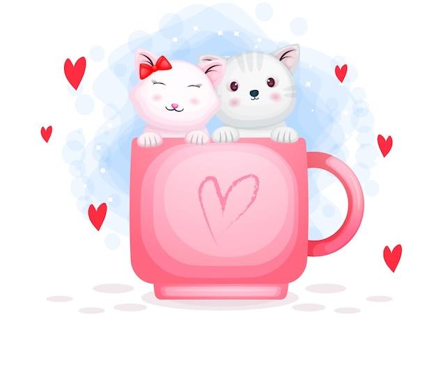 Coppie sveglie del gattino di san valentino sulla tazza di amore