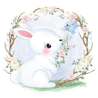 Coniglietto bianco sveglio che gioca nel giardino