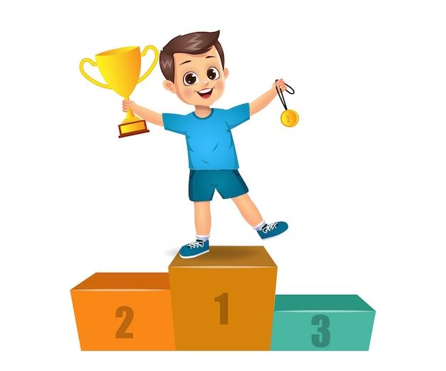 Simpatico bambino vincitore in piedi sul podio. isolato