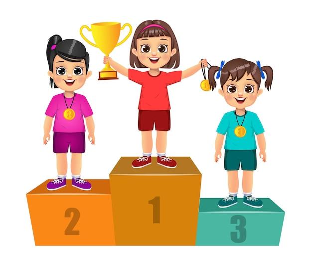 Bambini simpatici vincitori in piedi sul podio. isolato