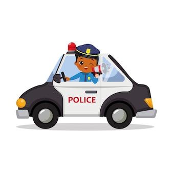 Agente di polizia carino donna che guida mentre tiene in mano un megafono