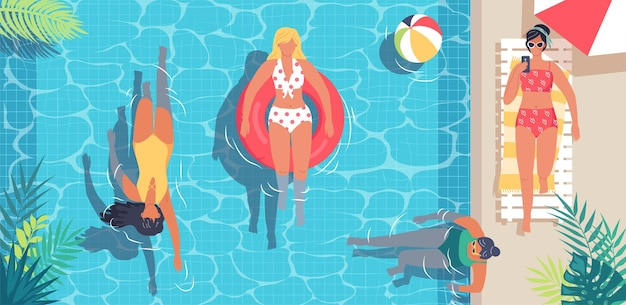 Giovani donne carine che nuotano nella piscina estiva