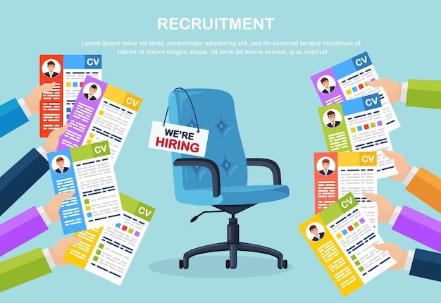 Cv curriculum aziendale in mano sopra la sedia da ufficio. colloquio di lavoro, reclutamento, ricerca datore di lavoro, assunzioni